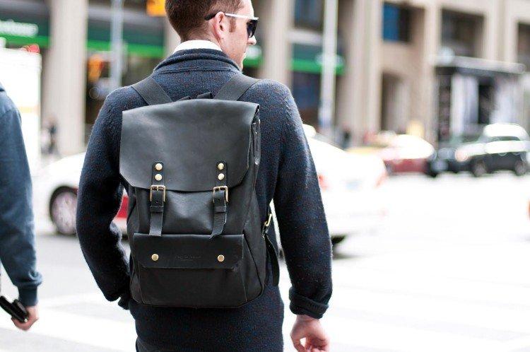 Городской рюкзак-ранец из кожи лаконичного дизайна в уличном мужском луке 3567883ea07