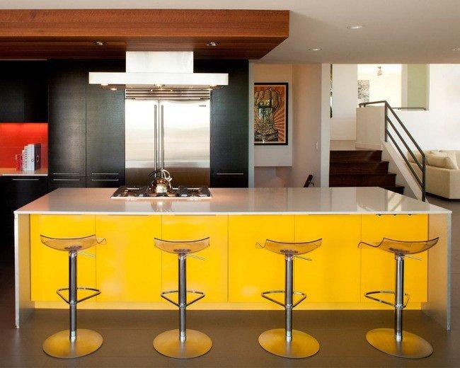 яркая кухня с большим бело-желтым островом
