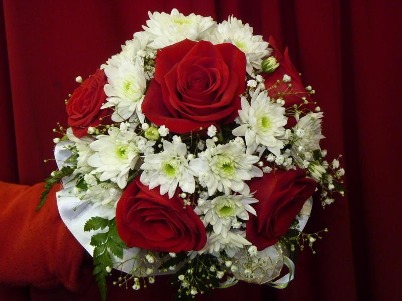 Красный букет невесты из роз и хризантем, цветы интернет