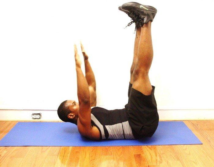 при работе на силу я всегда выполняю проработку мышц живота в таком режиме, чтобы они хорошо прокачивались и напитывались полезными веществами. Именно благодаря этому они способны быстро приходить в активное состояние и минимизировать возможные вредные последствия от тяжелых силовых тренировок. По завершении каждого занятия, на котором я применяю базовые упражнения, я всегда выполняю упражнения на пресс. Даже если я проделаю всего лишь скручивания лежа на полу без всякой нагрузки и в среднем количестве повторений, то обеспечиваю тем самым существенную защиту позвоночнику.