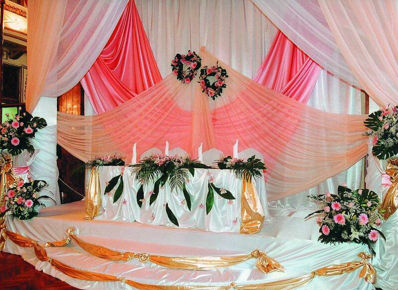 Ткань – является довольно популярным вариантом оформления современных свадеб. У нее существует огромный ряд преимуществ по сравнению с другим свадебным декором.