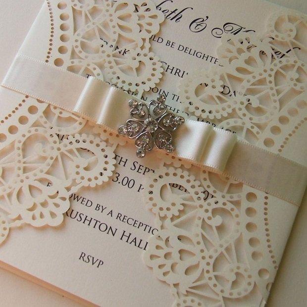 Открытки в таком стиле выглядят нежно, элегантно и несколько скромно. Чтобы оформить пригласительные на свадьбу своими руками, оформленные в стилистике винтаж – шаблоны не понадобятся. Необходимо взять уплотненную бумагу и сложить лист пополам. Края бумаги оформляются кружевом, а затем декорируются маленьким нежным бантиком. Создавая приглашения самостоятельно, можно не ограничиваться в размерах, форме и цветовой гамме.