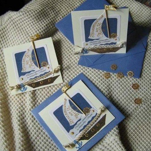 О том, что свадебная вечеринка планируется на яхте, намекнет приглашение с парусником, выполненное, опять же, в синих цветах и стилизацией морской атрибутики.