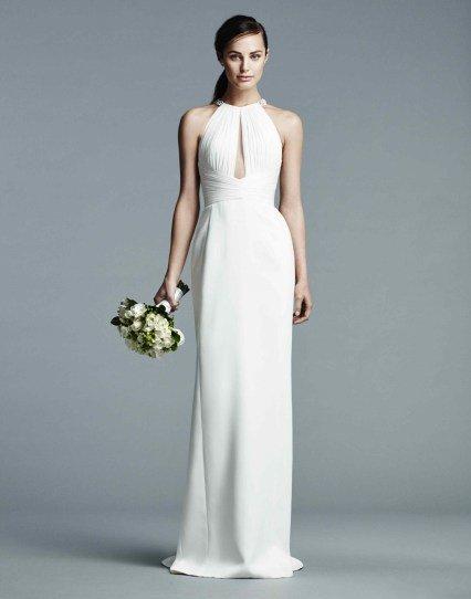 Скромная невеста с маленьким свадебным букетиком