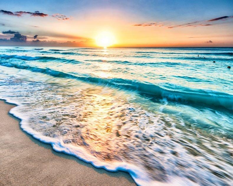 Море и восход солнца.