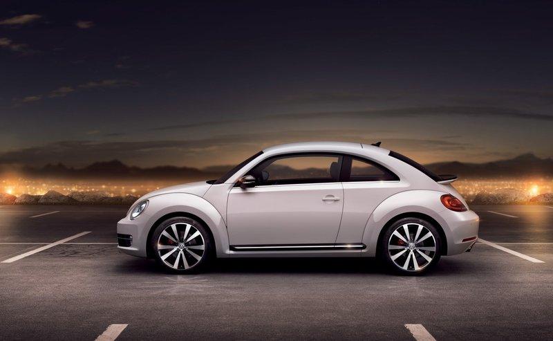 Ретро-хэтчбек Volkswagen Beetle выпускается в Мексике с 2011 года, в конце 2012 года модельный ряд пополнился открытой версией, оснащенной тканевой крышей с электроприводом.