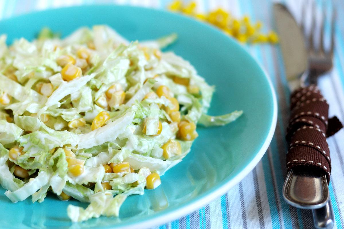 салат из кукурузы и курицы и пекинской капусты