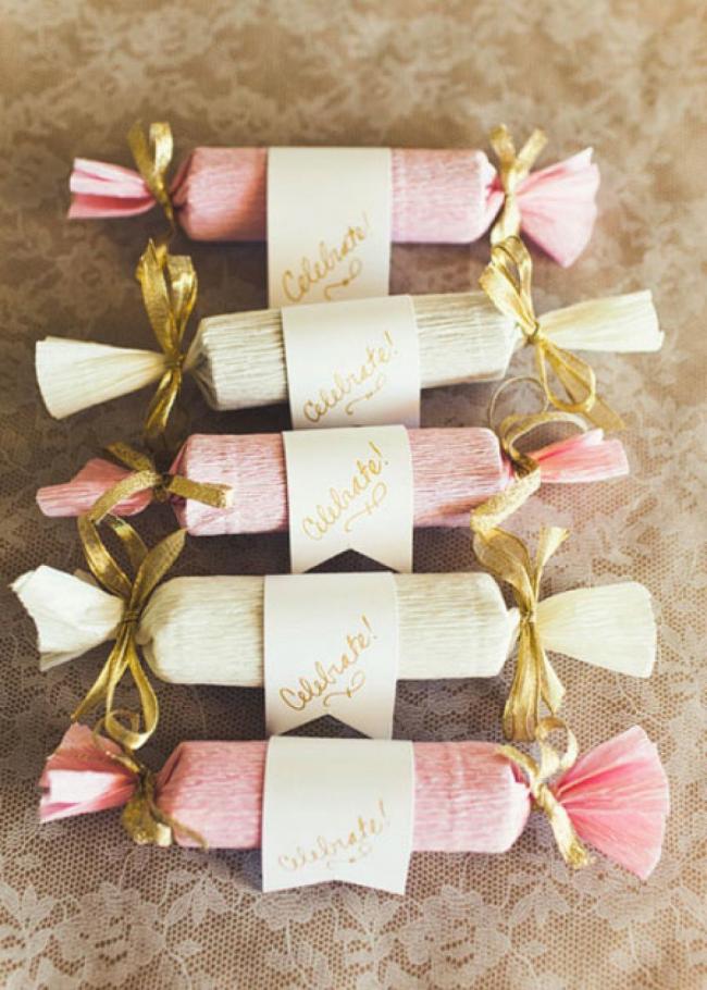 Один из вариантов оформления конфет-сюрпризов с помощью гофрированной бумаги
