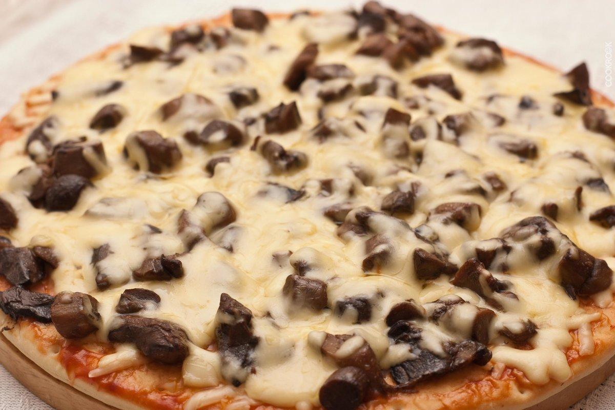 Картофельная пицца с моцареллой и грибами.