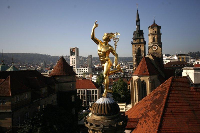 золотые фигуры на крышах города Штутгарт