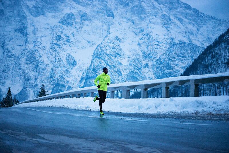 Важно понимать, что делает бег зимой столь отличным от бега в другие сезоны. Это, в первую очередь, минусовая температура, скользкое покрытие, ледяной ветер в лицо.