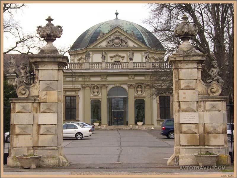 У южной границы Будабешта, на окруженном рукавами Дуная острове Чепель, в городке Кеве стоит замок австрийского военноначальноке Евгения Савойского - Рацкеве.