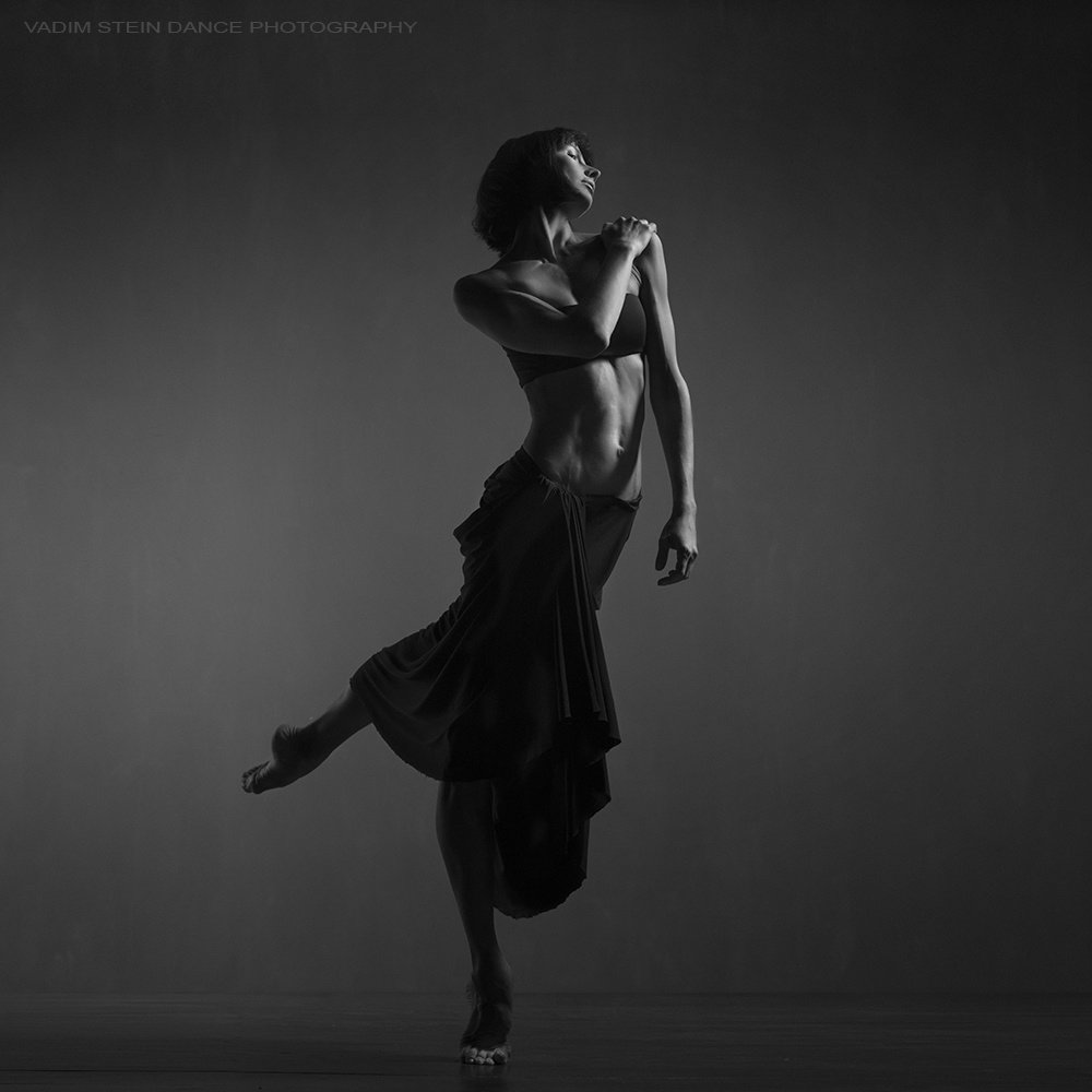 Картинки черно белые девушки танцующие