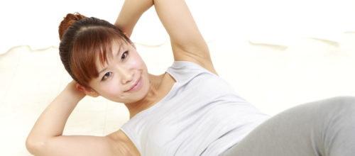 Подтягивание ног: это упражнение нашло своё место в интенсивных тренировках пресса для мужчин. Для этого вам понадобится турник. Возьмитесь за перекладину на ширине плеч. Не двигайте верхнюю часть тела, согните колени и поднимите их к груди. Не раскачивайте ноги, когда вы выполняете это упражнение, так как упражнение с импульсом делает упражнение бесполезным. Чтобы немного облегчить упражнение, вы должны вдохнуть, когда ваши ноги вытянуты вниз и выдыхать, когда вы поднимаете их.