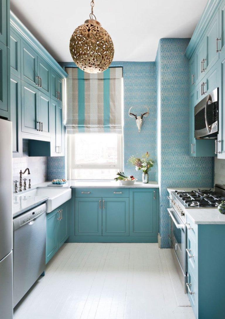 Ярко-бирюзовыми могут быть: кухонный фартук, шторы или жалюзи, техника или мебель (как на фото). В данном интерьере бирюза  разбавлена золотой люстрой и бежевыми элементами.