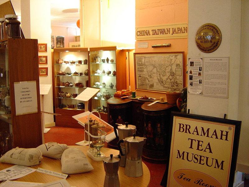 Музей чая и кофе Брама в Лондоне. Музей, посвященный популярным английским напиткам – чаю и кофе, основан их большим знатоком Эдвардом Брама. Коллекция музея чая и кофе Брама насчитывает около 1000 предметов, рассказывающих об истории появления этих продуктов в Англии, Здесь представлены чайные аксессуары разных стран и эпох. Детей особенно заинтересуют необычные чайники в виде почтовых ящиков, полицейских, драконов и львов. Взрослым будет интересна выставка чайной и кофейной рекламы.