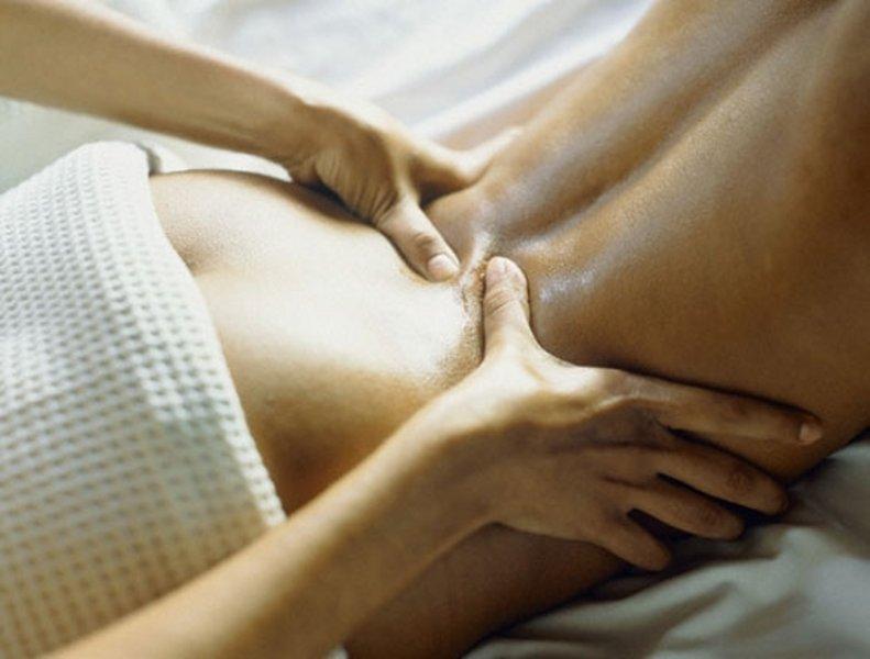 парень делает девушке массаж спины онлайн