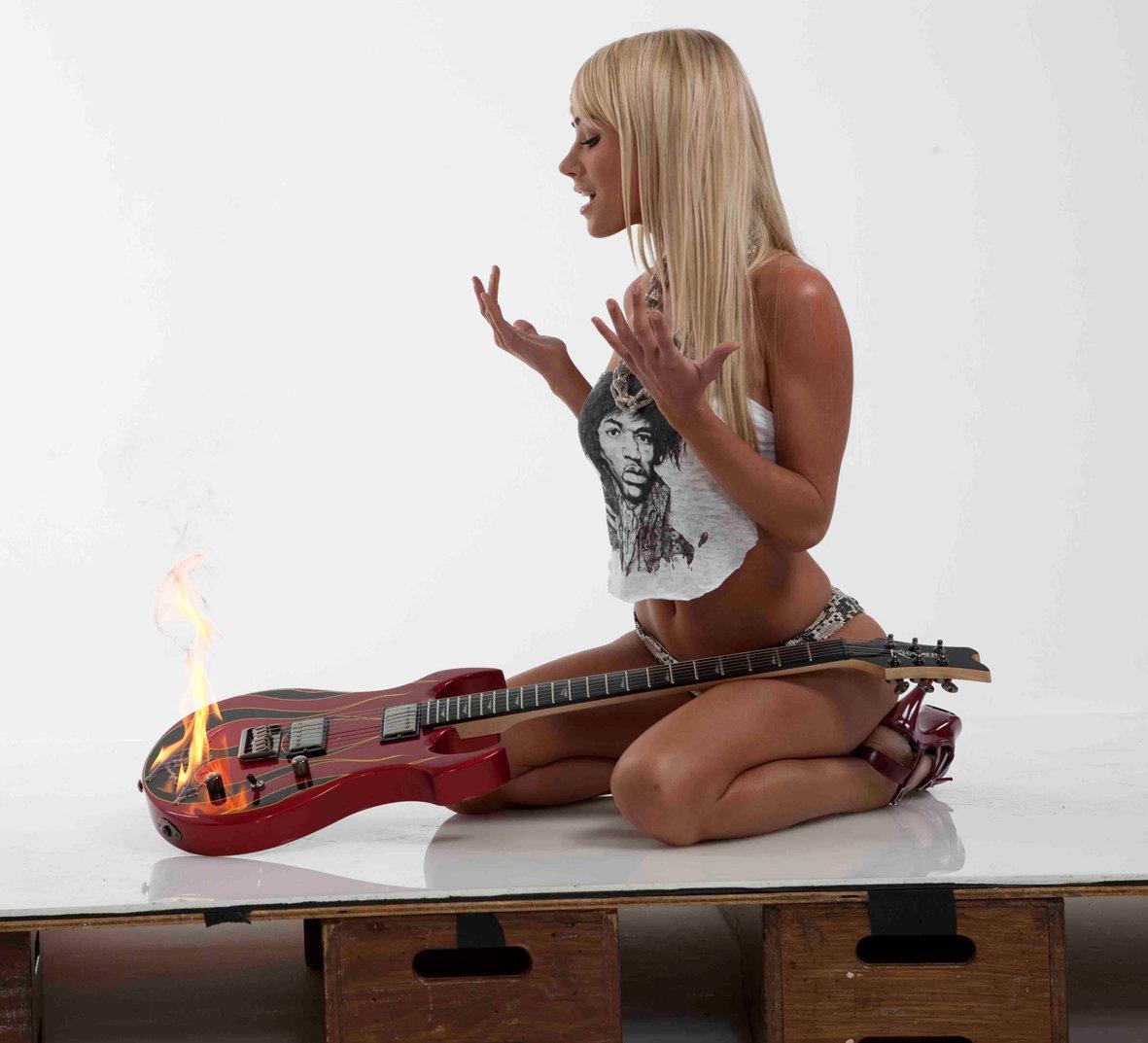 голая девушка играет на гитаре