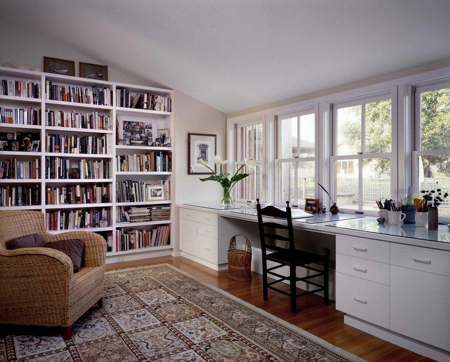 Столу окна между книжными шкафами картинки