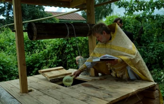 До сих пор сохранилась традиция в последний Спас святить воду в колодце