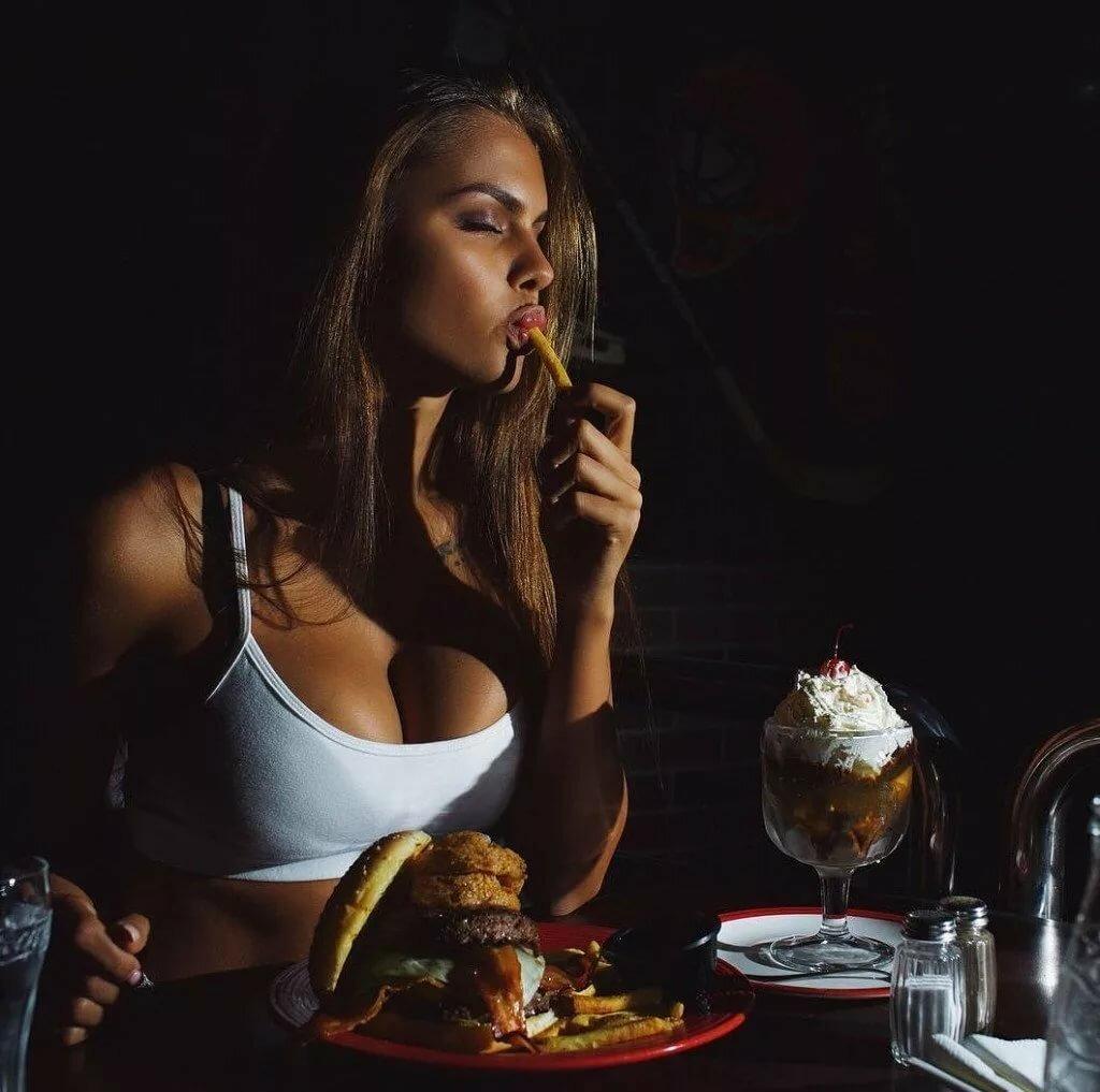 начала красивая фотосессия модель с едой здесь осталось больше