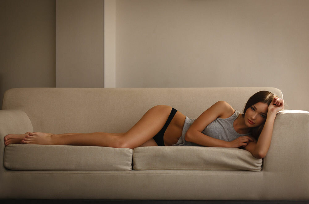 Девушки лежат на диванах