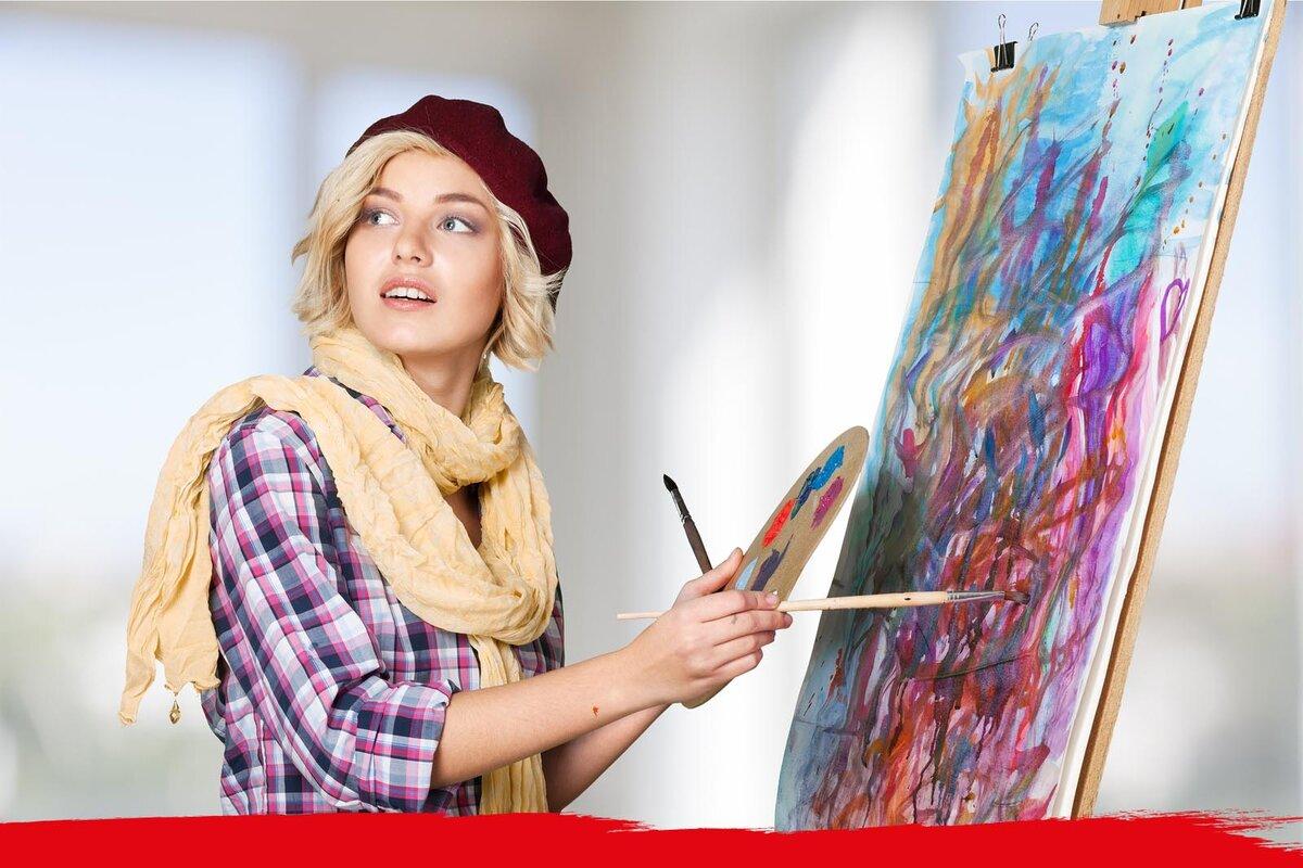 Девушка рисует картинки