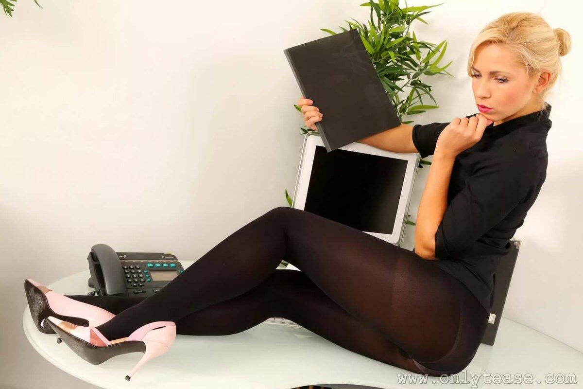 Секретарша на отдыхе, фото девушки с нежной мокрой киской