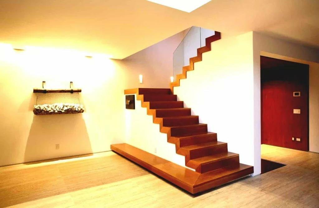 отделка деревом монолитной лестницы внутри дома