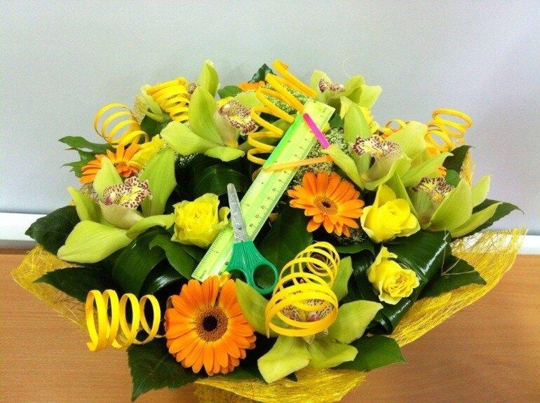 Цветочная композиция из живых цветов ко дню учителя, каллы розами