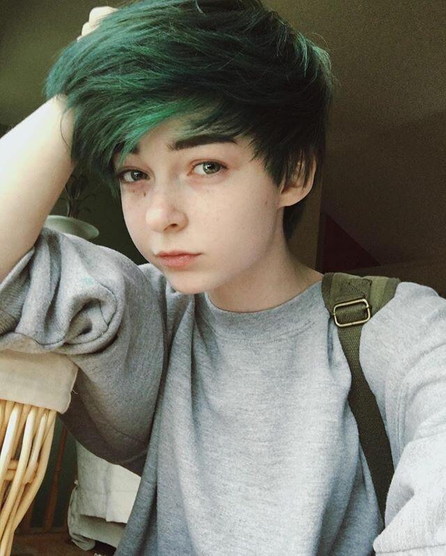 упаковке пацан с зелеными волосами из тик тока взрослый кот приюта