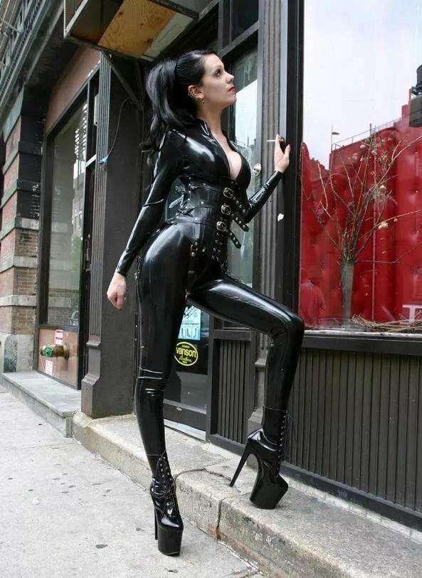 Сексуальная девушка в латексе на каблуках снятое телефон
