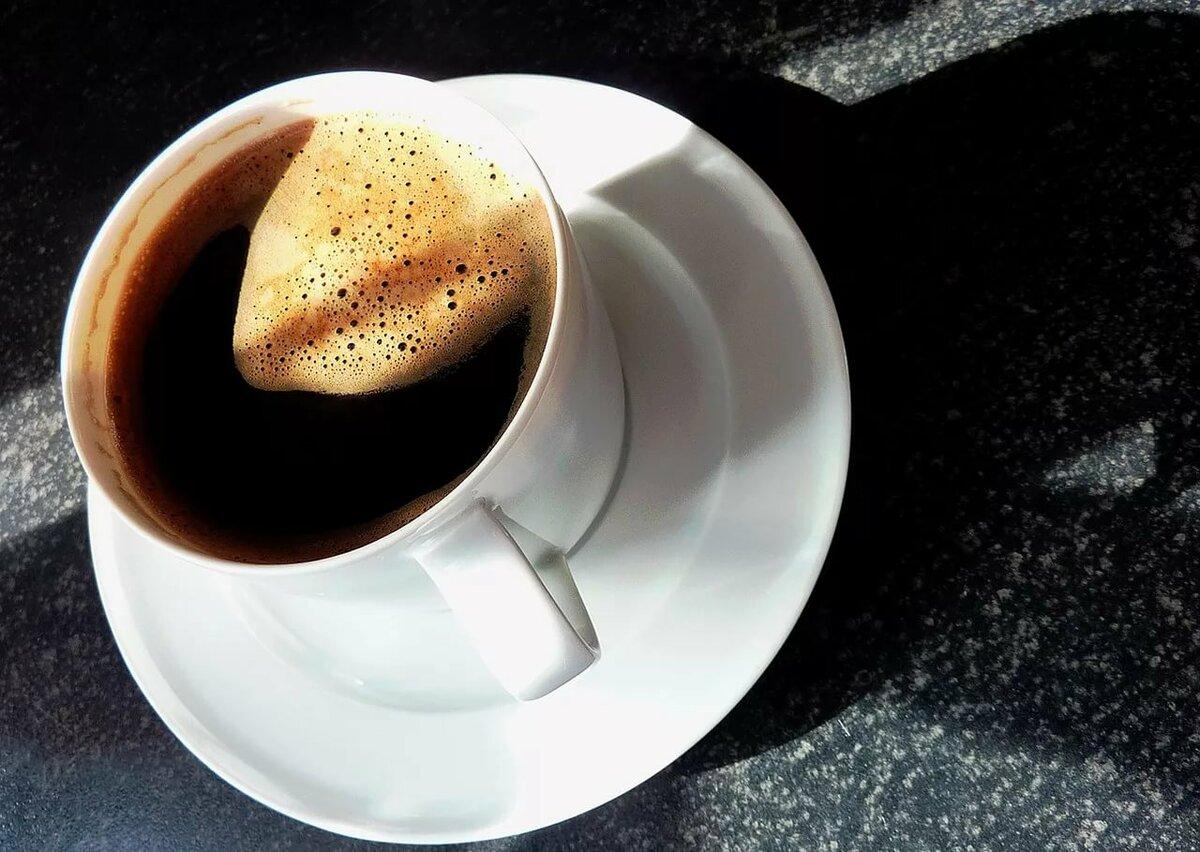 расположенная маленькая чашечка кофе фото меня