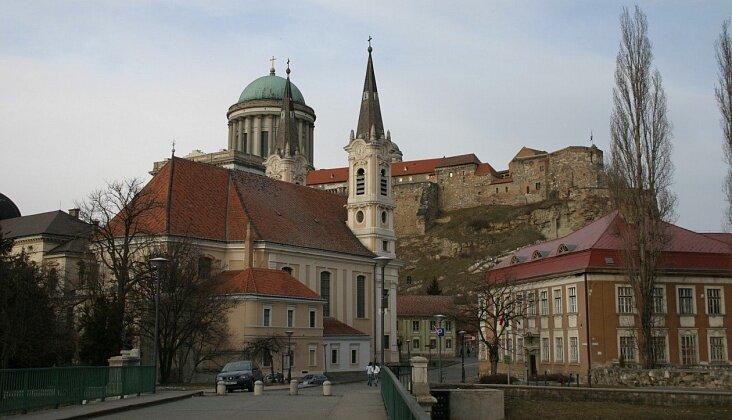 Эстергом (Esztergom) – город на севере Венгрии, расположенный на южном берегу Дуная, в 38 км от Будапешта. Река образует в этом месте границу со Словакией, а на противоположном берегу находится словацкий город-побратим Штурово.