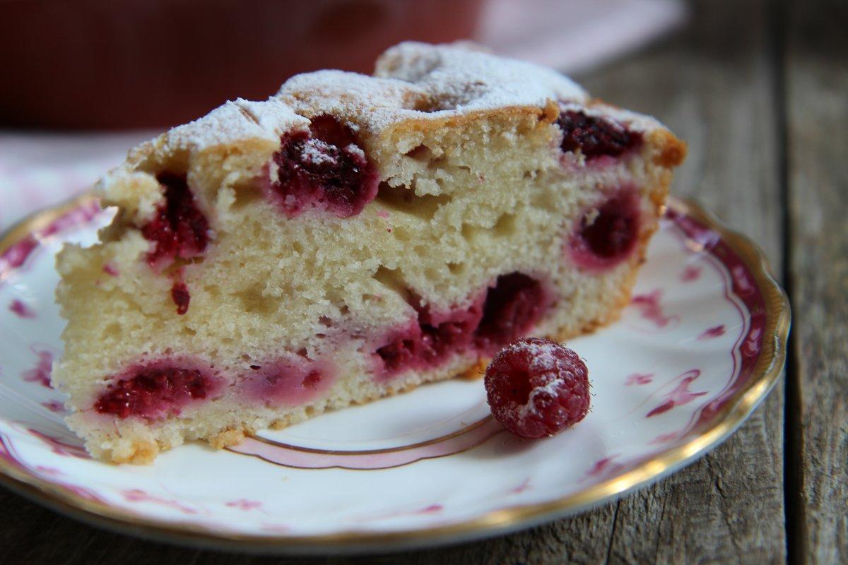 Сегодня готовим пирог с творогом — румяный, с хрустящей корочкой и нежным бисквитом.