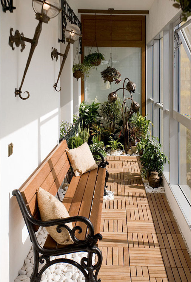 Узкие металлические столы на балкон.