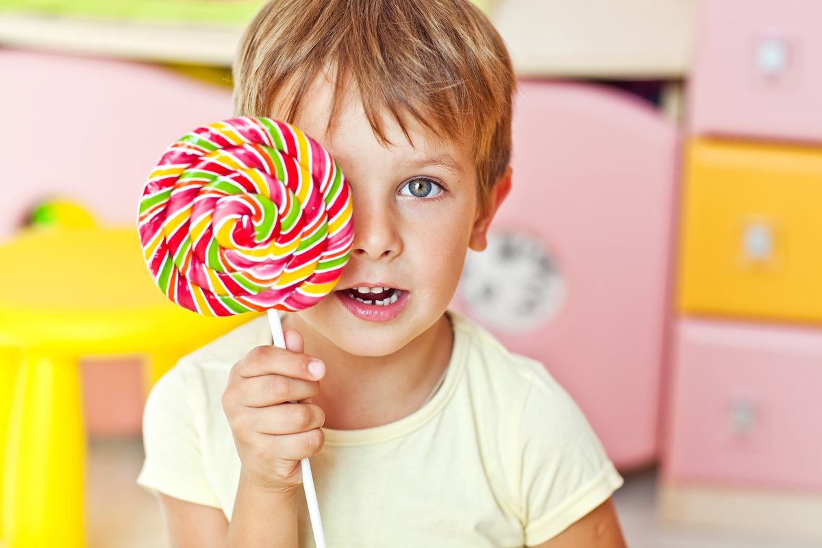 Картинки дети с конфетами