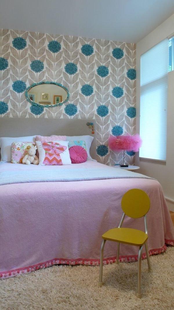 Стильный серо-синий цветочный принт в молодежной спальне