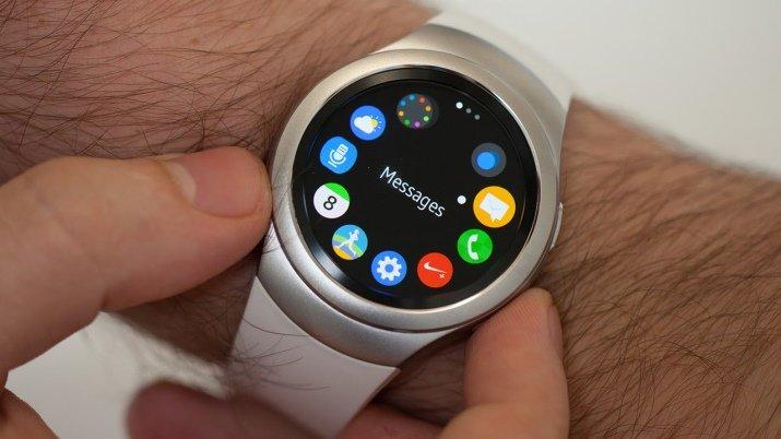 Samsung Gear S2 - «умные» часы с футуристичным дизайном, который в настоящее время считается ультрамодным и востребованным. Данный девайс выполняет целый ряд функций, в том числе обязанности шагомера, пульсометра, телефона, диетолога и персонального спортивного тренера.