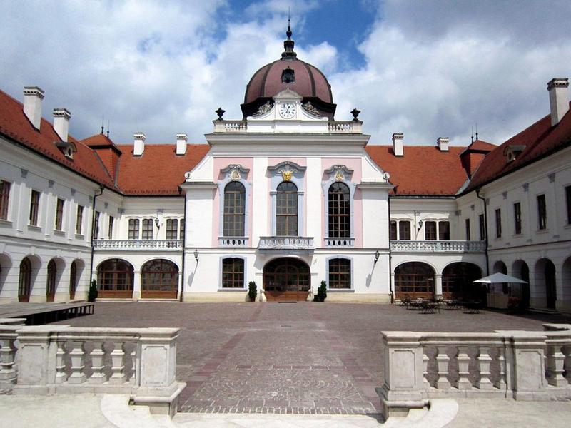 Частичное восстановление началось в 1994 году, и сейчас 26 комнат открыты для посещения на 1 и 2 этажах: покои Франца-Иосифа и Елизаветы.