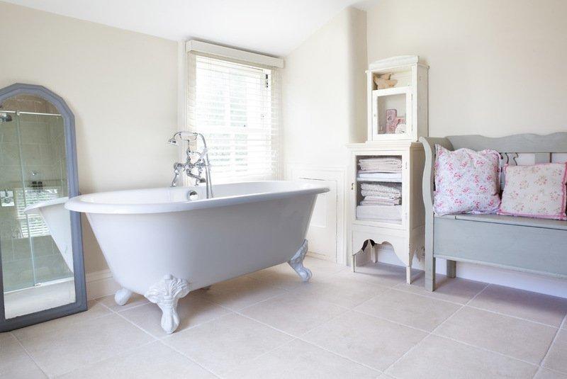 Интерьер ванной комнаты в стиле шебби шик