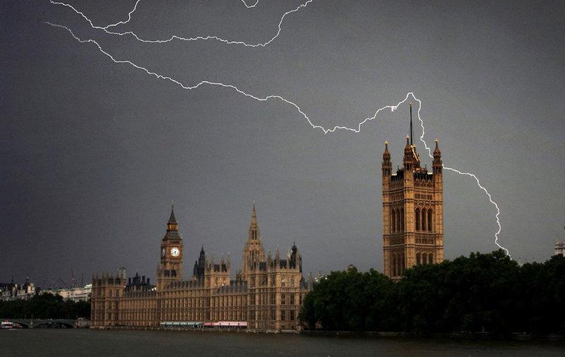 На этом снимке изображена гроза над зданием парламента в Лондоне.