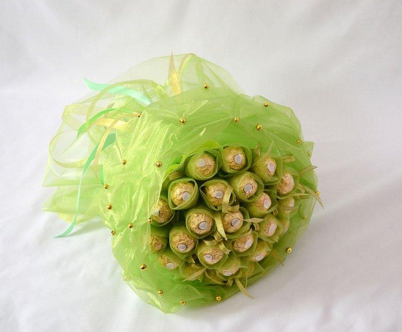 Цветы оптом, несложные букеты из конфет