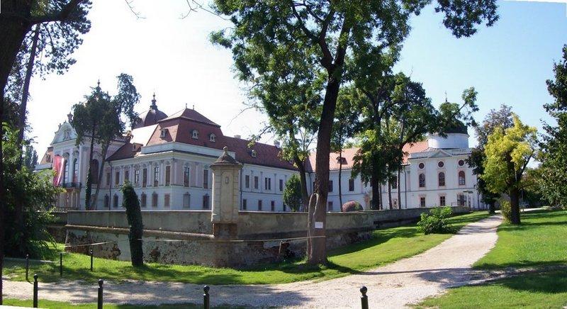 Королевский дворец в Эгере является одним из значительных и роскошных представителей венгерской дворцовой архитектуры. Тут проводят различные культурные мероприятия, конноспортивные соревнования.