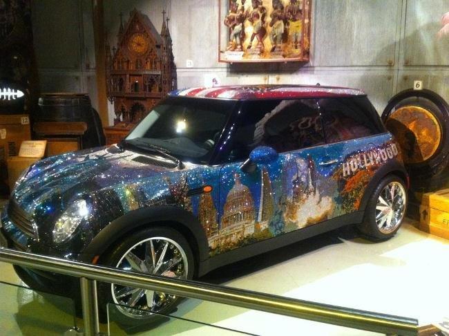Музеи Рипли. Мини-Купер, на котором изображены статуя Свободы, Голливудские холмы, американский флаг и другие символы США. Блестит авто за счёт миллиона установленных на нём кристаллов Сваровски.