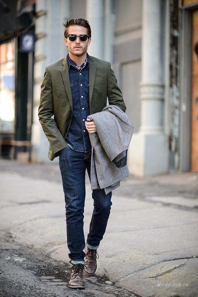Серое длинное пальто в сочетании с темно-синими зауженными джинсами подойдет для свидания или мероприятия с дресс-кодом dressy casual. Что касается обуви, неплохо дополнят образ темно-коричневые кожаные повседневные ботинки.