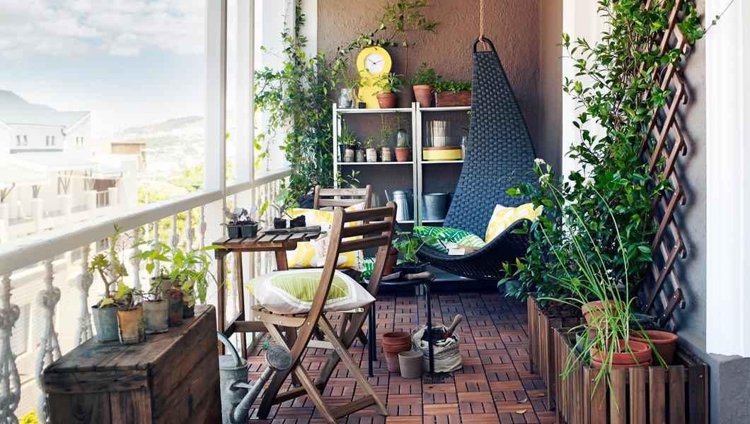 Лоджия с деревянной мебелью и подвесным черным креслом в угл.