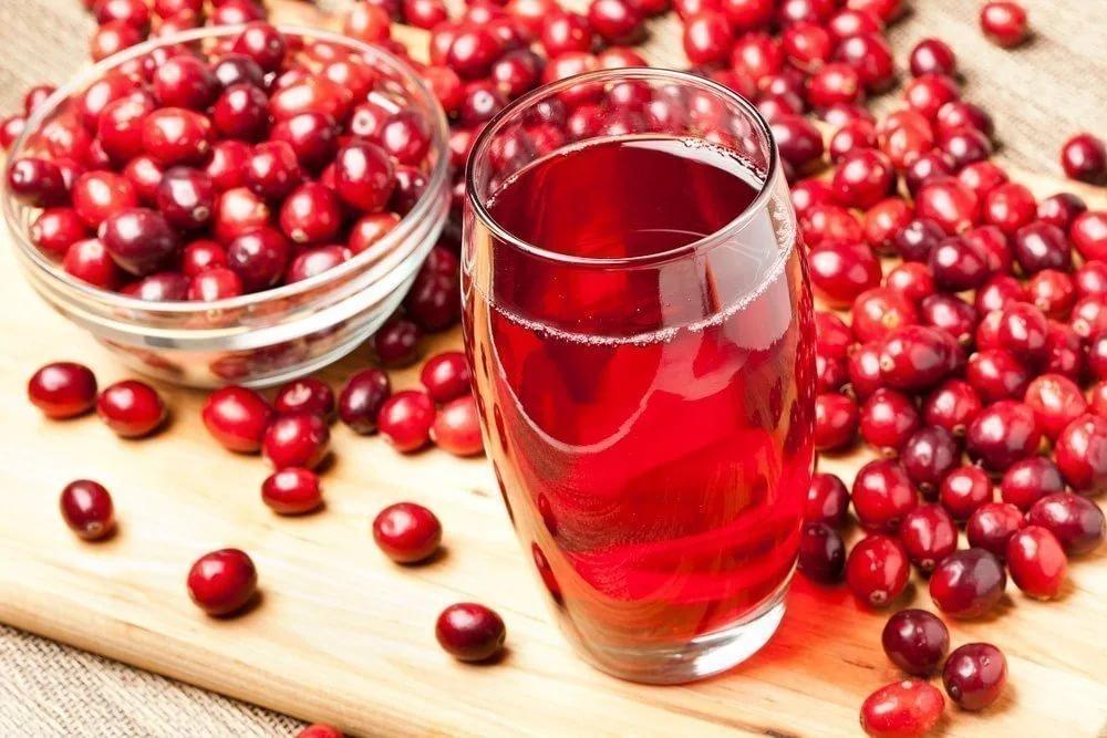 Не рекомендуется пить клюквенный сок людям с индивидуальной непереносимостью клюквы, а также тем, кто страдает мочекаменной болезнью, гастритом или язвой.