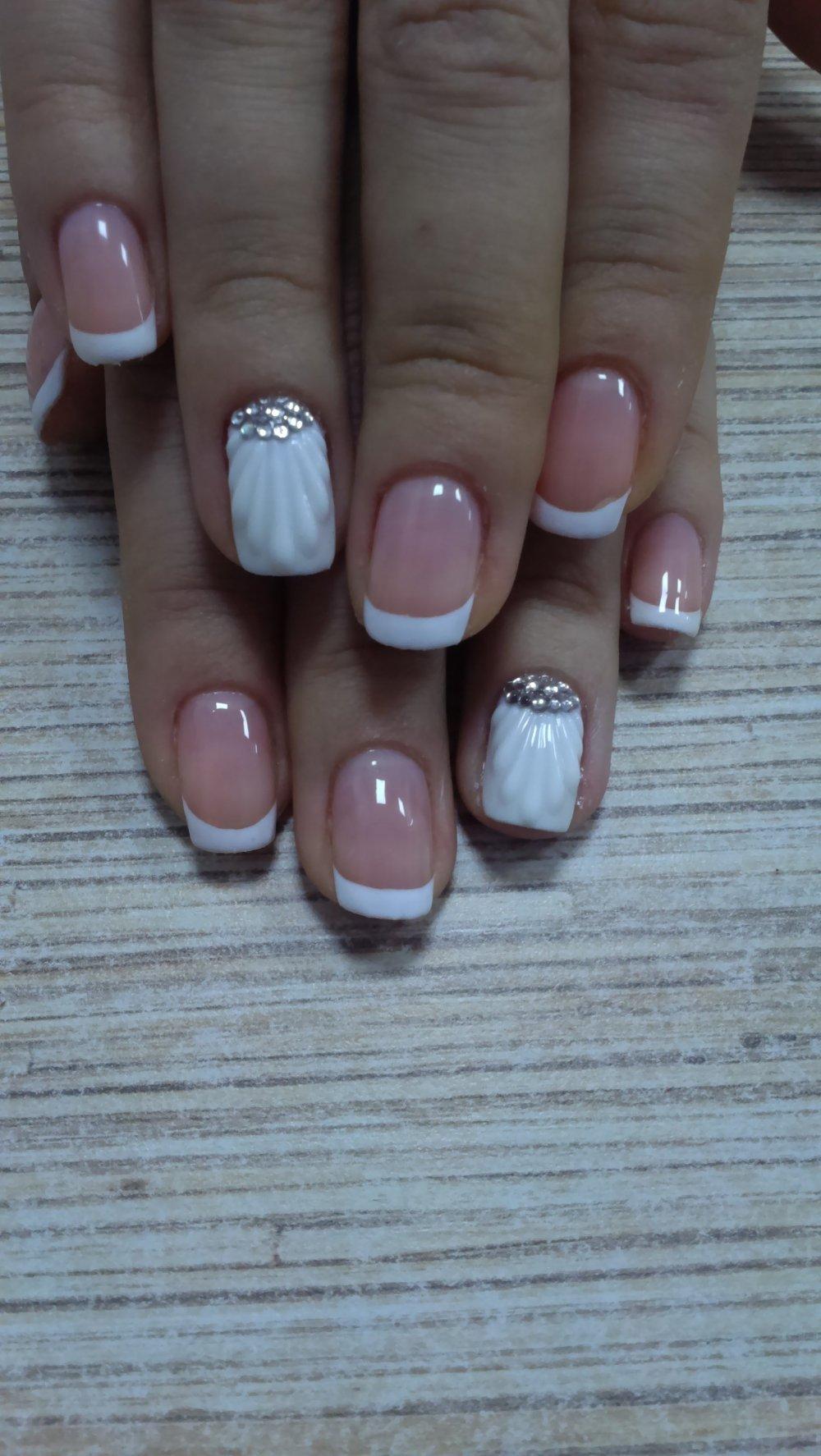 Дизайн ногтей френч – классика,с декором