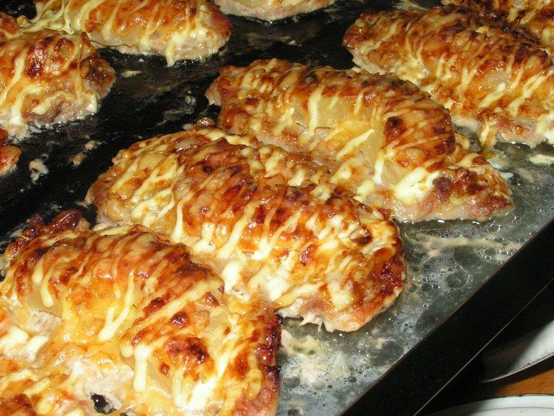 отбивные из куриного филе с грибами сыром и помидорами в духовке